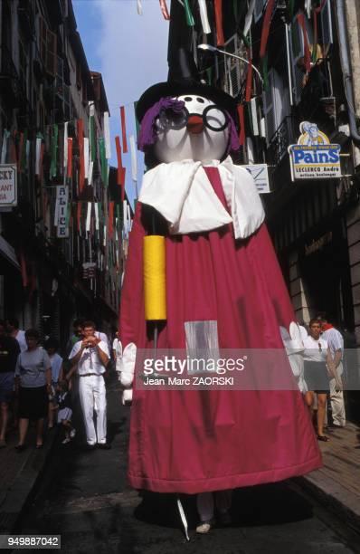 Défilé dans la rue pendant les férias de Bayonne dans les PyrénéesAtlantiques en 1994 France