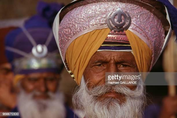 Défilé de chevaliers sikhs les Nihangs Singhs portant sur leur turban le 'khanda' symbole religieux sikh représentant des lames d'armes blanches mars...