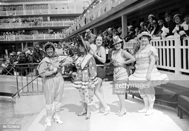 Défilé de costumes de plage rétrospectif évoquant les différentes modes du XIXe siècle à la piscine Molitor à Paris France le 26 juin 1933