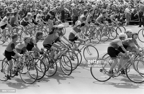 Défilé de jeunes cyclistes lors des manifestations célébrant le 30ème anniversaire de la fondation de la RDA à BerlinEst le 1er juin 1979 Allemagne