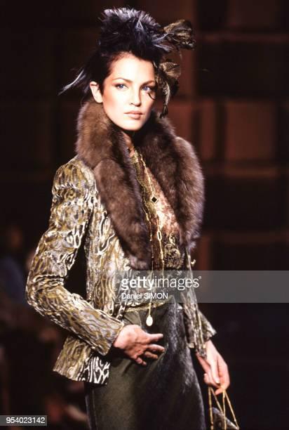 Défilé de la collection haute-couture Valentino automne-hiver 1997 en juillet 1996 à Paris, France.