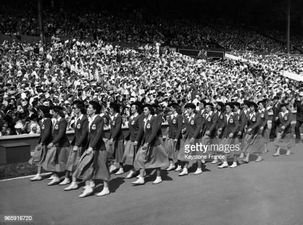 Défilé des athlètes femmes françaises pendant la cérémonie d'ouverture des JO dans le stade de Wembley, à Londres, Royaume-Uni le 29 juillet 1948.