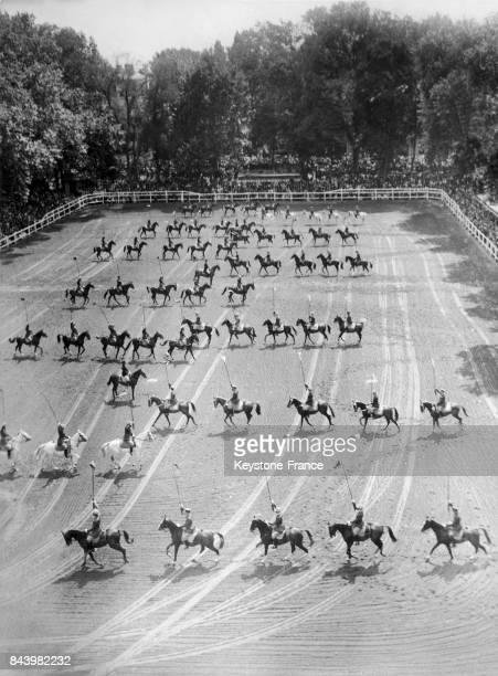 Défilé des cavaliers pendant la présentation du 'Cadre noir' à l'école de cavalerie de Saumur à Saumur en France le 1er août 1933