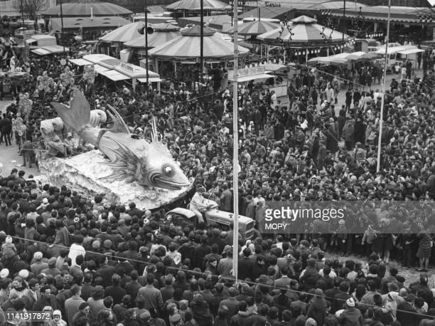 Défilé des chars du carnaval d'Albi, en 1968, dans le Tarn, France.