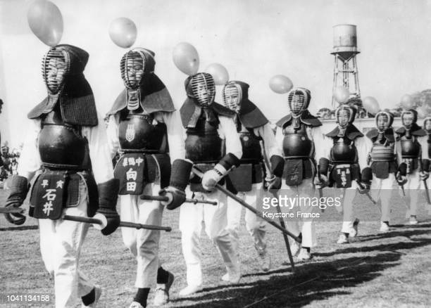 Défilé d'escrimeurs japonais en armures et avec un ballon accroché à leur masques lors de la cérémonie d'ouverture des jeux paralympiques à Tokyo...