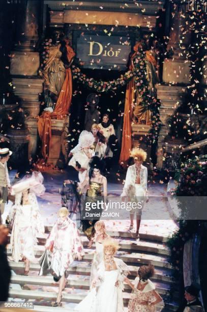 Défilé Dior haute-couture printemps-été 1998 à l'Opéra Garnier, janvier 1998, Paris, France.
