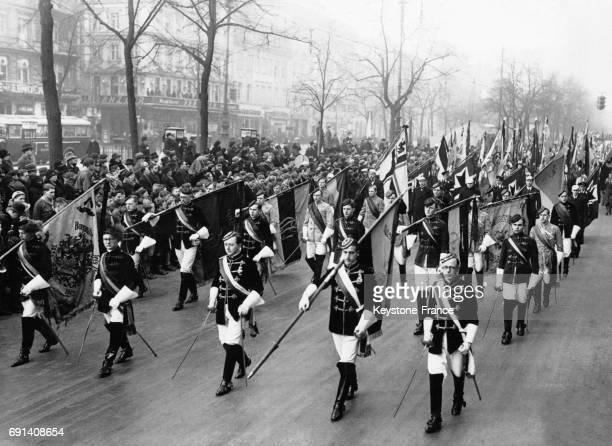 Défilé d'étudiants catholiques sur Unter den Linden lors des funérailles de l'évêque de Berlin circa 1930 à Berlin Allemagne