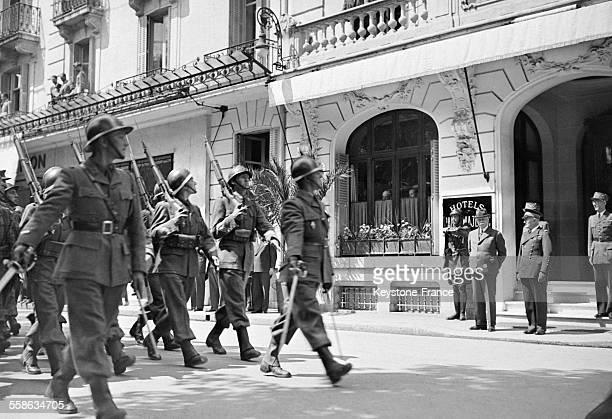 Défilé du 150ème Régiment d'Infanterie devant le Maréchal Pétain et l'Amiral de la Flotte Darlan à Vichy France circa 1940