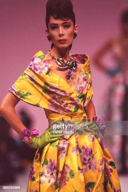 Défilé Emanuel Ungaro HauteCouture collection Printempsété 1989 à Paris le 24 janvier 1989 France