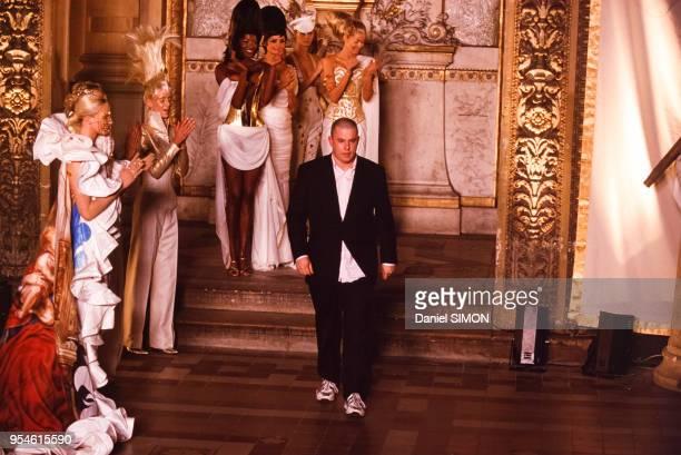 Défilé Givenchy avec le styliste Alexander McQueen en janvier 1997 à Paris France