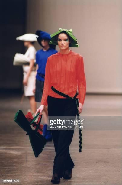 Défilé Issey Miyake, Prêt-à-Porter, collection Automne/Hiver 1999/2000 à Paris en mars 1999, France.