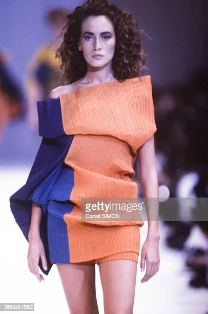 Défilé Issey Miyake, Prêt-à-Porter, collection Printemps/été 1990 à Paris le 21 octobre 1989, France.