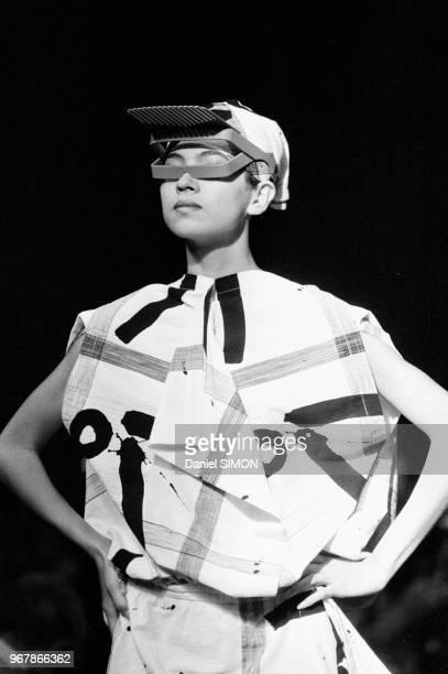 Défilé Issey Miyake, Prêt-à-Porter, collection Printemps-été 84 à Paris, le 16 octobre 1983, France.
