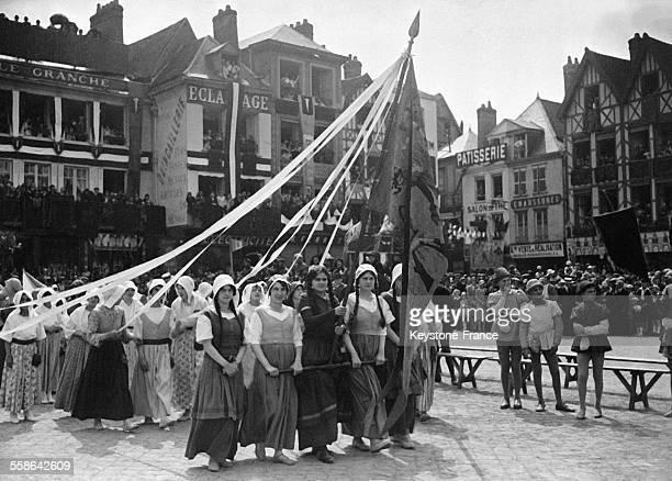 Défilé lors des fêtes reconstituant le siège soutenu en 1472 contre l'armée bourguignonne où Jeanne Hachette s'illustre à Beauvais France en 1930