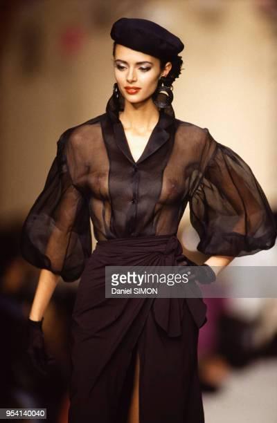 Défilé Michel Klein collection Prêt-à-porter Printemps-Eté 1992 avec le top model Heather Stewart-Whyte portant un haut transparent laissant...