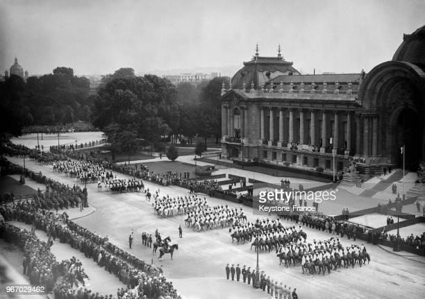 Défilé militaire pour la fête nationale dans les rues de la capitale le 14 juillet 1932 à Paris France