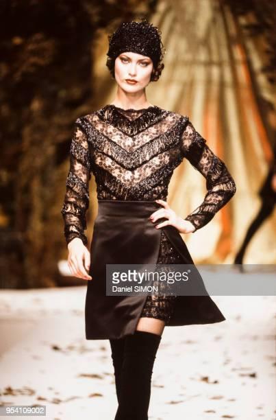 Défilé Valentino, Haute Couture, collection Automne-Hiver 1994-95 à Paris en juillet 1994, France.
