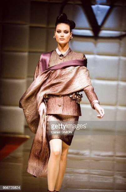 Défilé Valentino, Haute Couture, collection Automne-Hiver 1995-96 à Paris en juillet 1995, France.