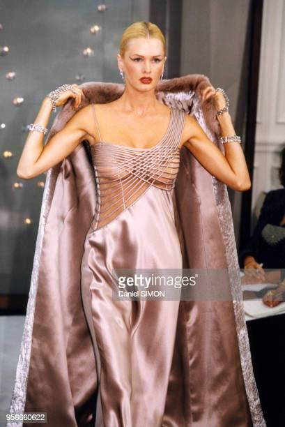 Défilé Valentino lors des présentations de mode Automne-Hiver 1998-1999 en juillet 1998 à Paris, France.