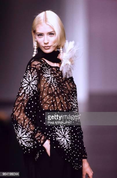 Défilé Valentino, Prêt-à-Porter, collection Automne-Hiver 1995-96 à Paris en mars 1995, France.