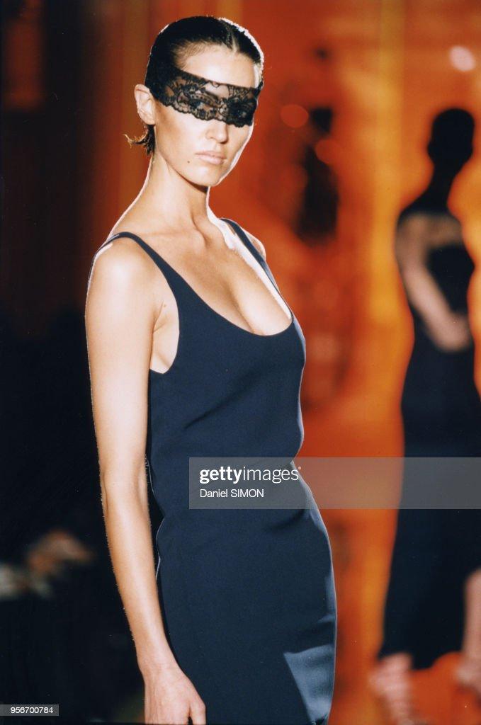 Défilé Haute Couture Printemps-Eté 1997 : News Photo