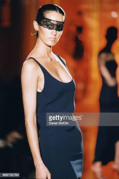Défilé Versace Haute Couture PrintempsEté 1997 en janvier 1997 à Paris France