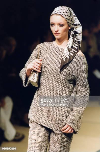 Défilé Yves Saint-Laurent, Prêt-à-Porter, collection Automne/Hiver 1999/2000 à Paris en mars 1999, France.