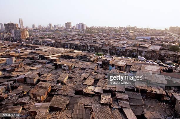dharavi slum in mumbai - dharavi stock-fotos und bilder