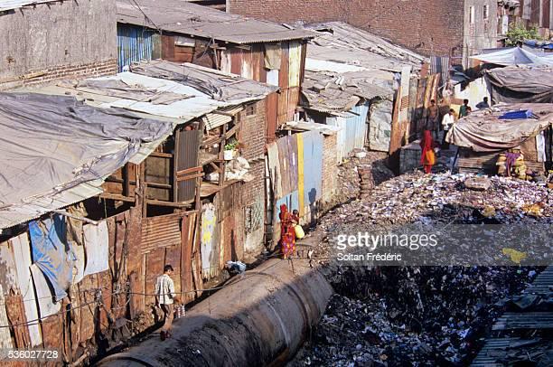 dharavi slum in mumbai - ダーラーヴィー ストックフォトと画像