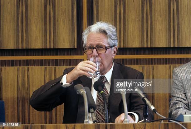 Dia *Politiker SPD DBundesvorsitzender der SPDtrinkt ein Glas Wasser 1986