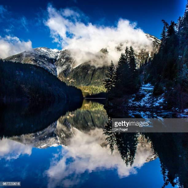 diablo reflection - diablo lake fotografías e imágenes de stock