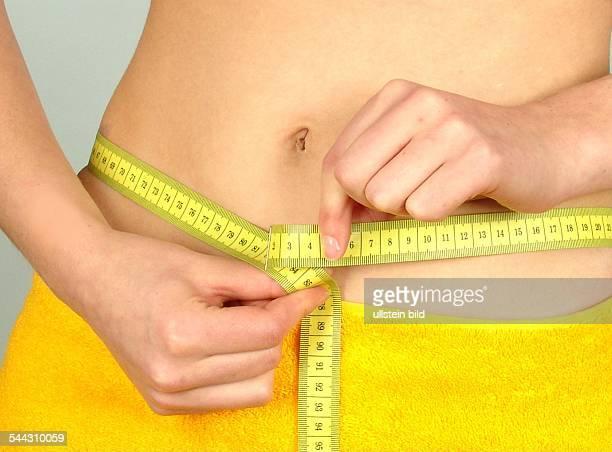 Diaet Frau misst Ihre Taille mit einem Massband
