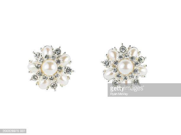 diamond and pearl earrings - ohrring stock-fotos und bilder