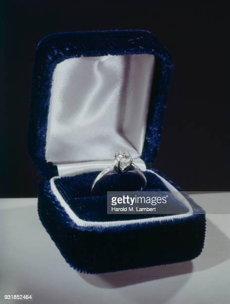 diamond engagement ring in box - engagement ring box fotografías e imágenes de stock