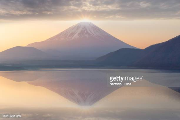 diamond fuji lake motosuko in japan, a beautiful scenery during sunrise of  mountain fuji background. travel and attraction concept - mt fuji stock photos and pictures