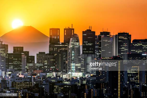 diamond fuji mountain, sunset on the top of fuji mountain with skyscraper building of shinjuku district, tokyo, japan - ダイヤモンド富士 ストックフォトと画像