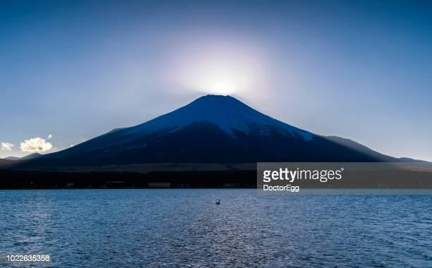 diamond fuji phenomenon at yamanaka lake - light natural phenomenon stock pictures, royalty-free photos & images