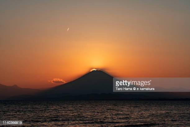 diamond fuji, the evening sun on the top of snow-capped mt. fuji in japan - ダイヤモンド富士 ストックフォトと画像