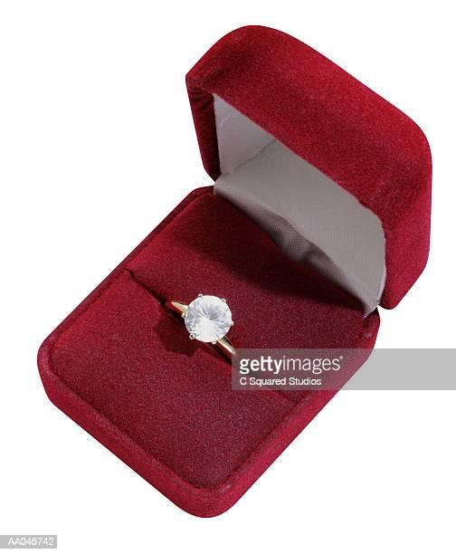 diamond ring in velvet box - engagement ring box fotografías e imágenes de stock