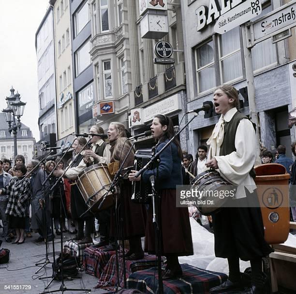 DiaMusikerfamilie IrlandDie Kelly Family auf TingelTour in Bonn Auftritt vor Passanten in der Fußgängerzone in Bonn 1987