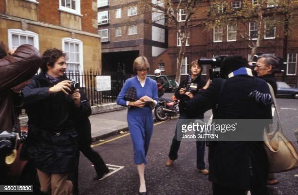 Diana dans une rue entourée de photographes, circa 1980, à Londres, Royaume-Uni.