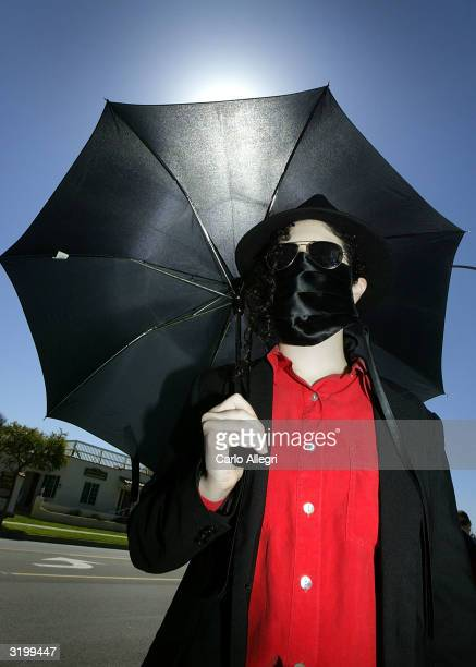 Diana Enola stands dressed like Michael Jackson outside Santa Barbara County courthouse following the Jackson pre trial hearing April 2 2004 in Santa...