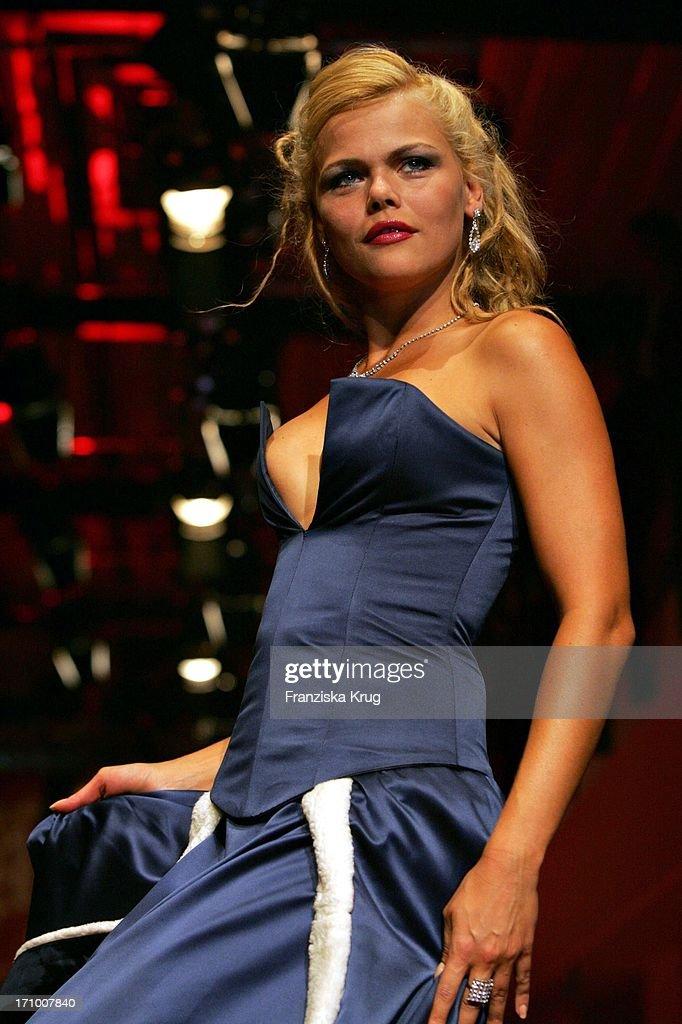diana herold modelt bei der gala modenschau in der bmw niederlassung nachrichtenfoto getty. Black Bedroom Furniture Sets. Home Design Ideas