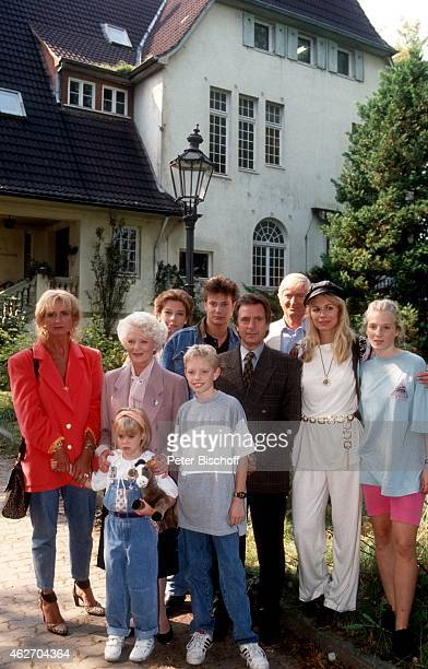 'Diana Körner Elisabeth Wiedemann mit Kindern Julia Wahlmann und Sebastian Fehrs dahinter Evelyn Hamann Fabian Harloff Klaus Wennemann Peer...