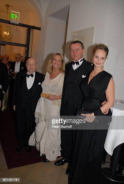 """Diana Körner , li. Daneben Lebensgefährte Erich Müller, Schwiegersohn Heiner Pollert, Tochter Lara-Joy Körner , VIP-Empfang vor Gala """"Semper..."""