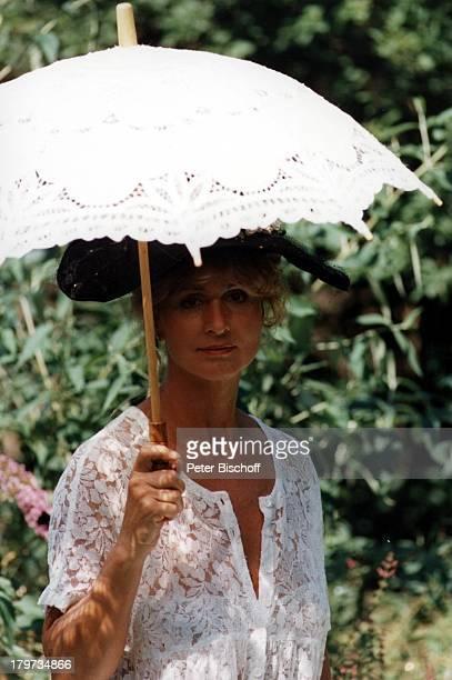 Diana Körner mit Sonnenschirm
