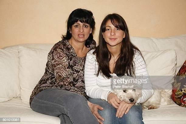 """Diana Müll , Tochter Alicia , Hund """"Sir Lanzelot"""", Homestory in Giessen, Hessen, Deutschland, Wohnzimmer, Couch, Sofa, Promi, TP, FTP; P.-Nr.:..."""