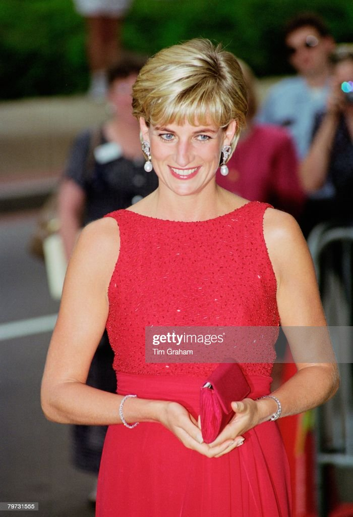 Diana, Princess of Wales attends a fund raising gala dinner : News Photo