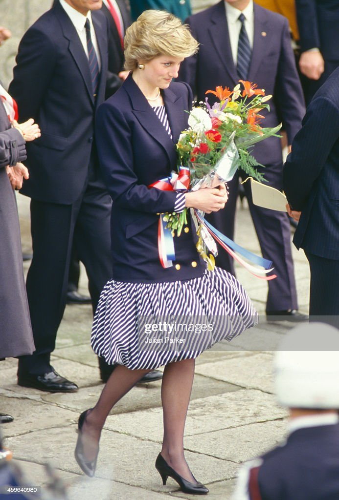 Diana, Princess of Wales during Official visit to Portugal : News Photo