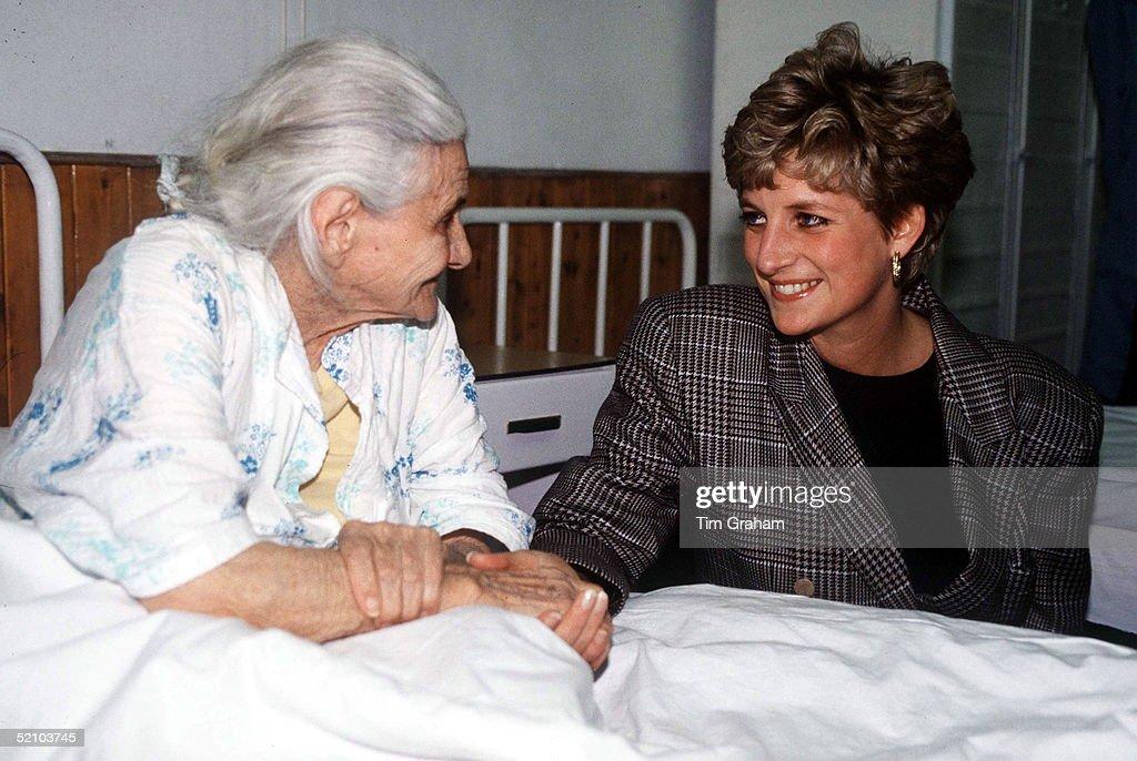 Diana By Hospital Bed : Nachrichtenfoto